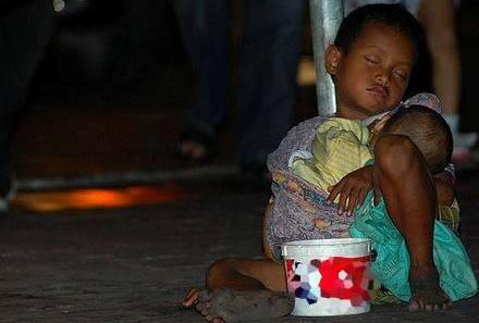 Foto-pengemis-anak-yang-menggendong-adiknya-di-Palur-Karanganyar