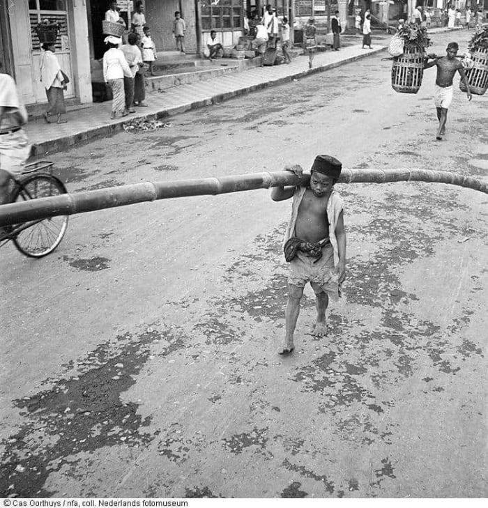 1947-seorang-anak-memanggul-bambu